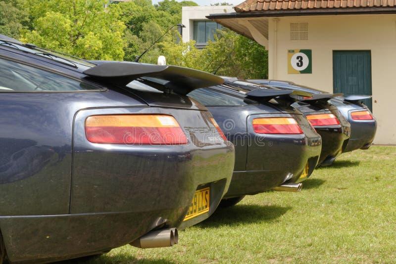 Den bakre vingen av olika porsche 928 klassiska bilar royaltyfri fotografi