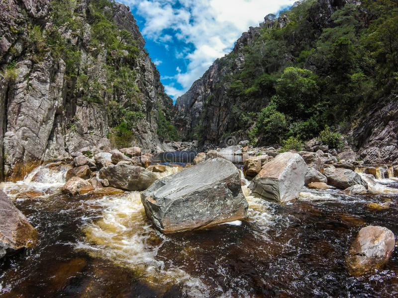 Den Bandeirinhas kanjonen som lokaliseras på Serra, gör den Cipà ³regionen, Brasilien royaltyfri fotografi