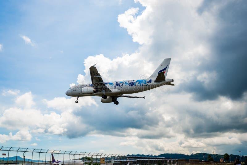 Den Bangkok Airways flygbussen A320 landar på den Phuket flygplatsen, fotografi från testpunkt av Thailand arkivbilder