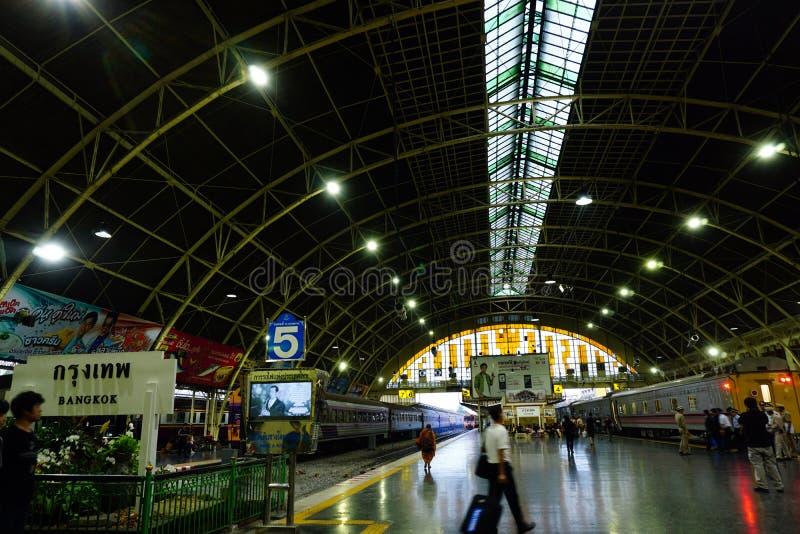 Den Bangkok järnvägsstationen Hua Lamphong byggs i 1916 i en italiensk Neo-renässans stil, med dekorerad trätak och fläck royaltyfria bilder