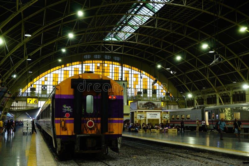 Den Bangkok järnvägsstationen Hua Lamphong byggs i 1916 i en italiensk Neo-renässans stil, med dekorerad trätak och fläck royaltyfri bild