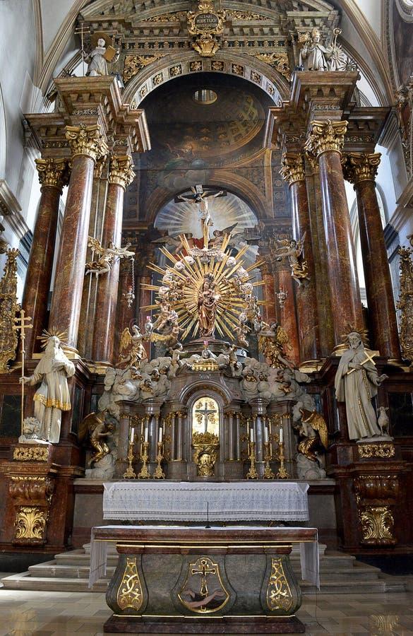 Den barocka höga altaten i den Franciscan kyrkan i Wien royaltyfri bild