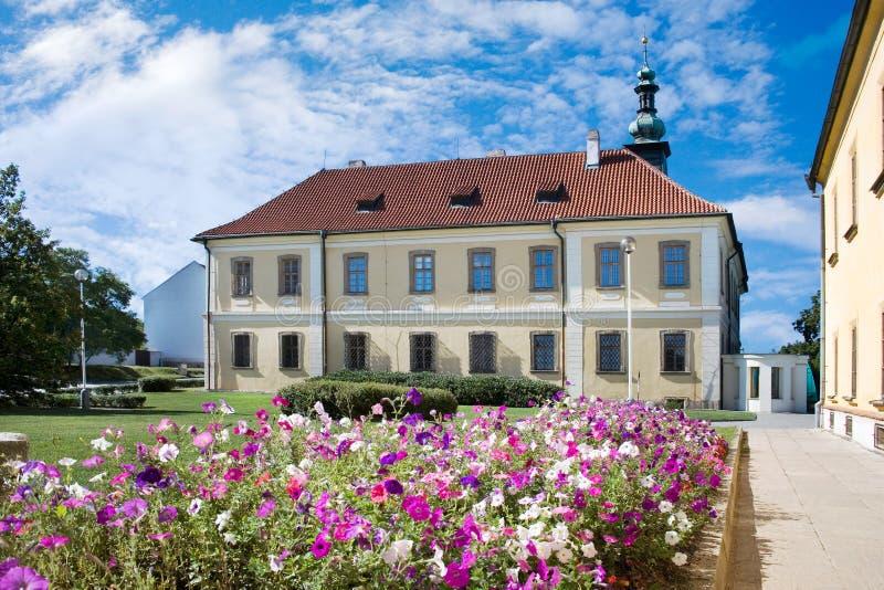 Den barocka slotten med parkerar, den historiska stadmitten av staden Kladno, royaltyfri bild