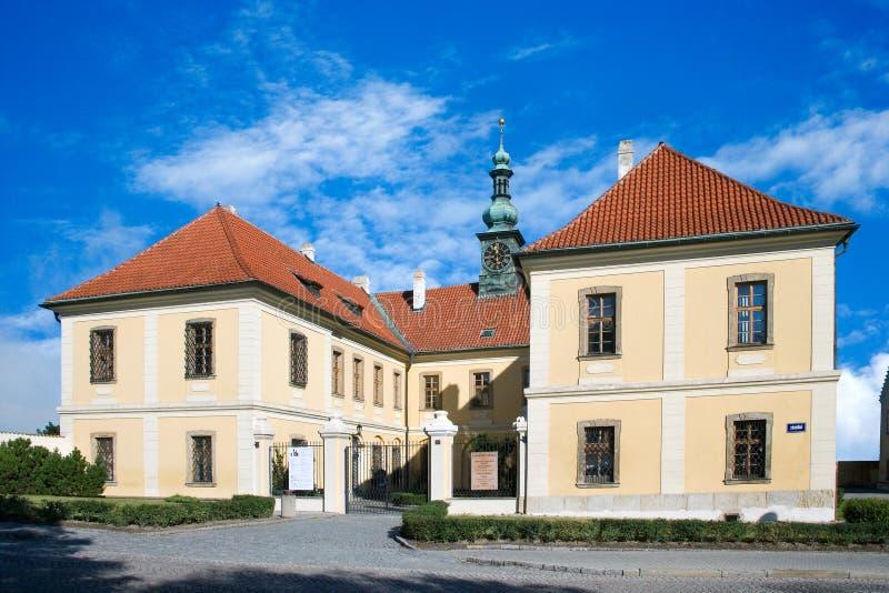 Den barocka slotten med parkerar, den historiska stadmitten av staden Kladno, royaltyfri fotografi