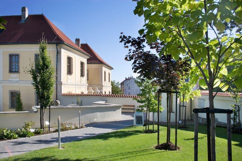 Den barocka slotten med parkerar, den historiska stadmitten av staden Kladno, royaltyfria bilder