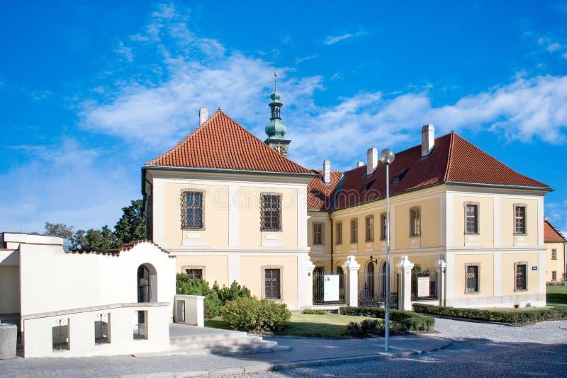 Den barocka slotten med parkerar, den historiska stadmitten av staden Kladno, arkivfoto