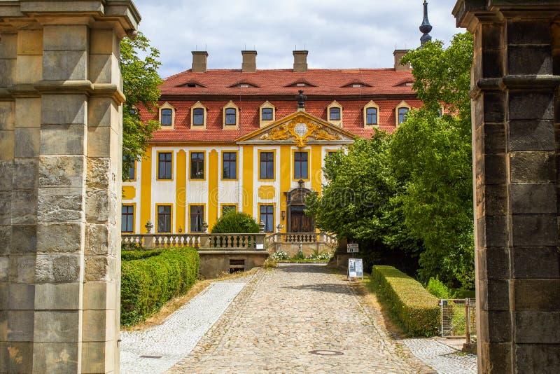 Den barocka slotten Seusslitz med ett enormt parkerar arkivfoton