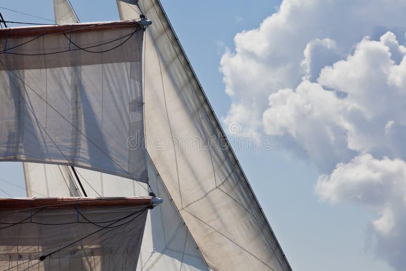 Den Barquentine yachten seglar riggningmolnbakgrund royaltyfria foton