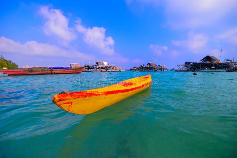 Den Batam för blå himmel för kanot wonderfullen Indonesien arkivfoton