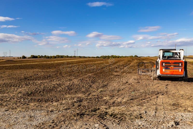 Den Bauernhof oder das Feld für bevorstehende pflanzende Jahreszeit vorbereiten und pflügend lizenzfreies stockfoto