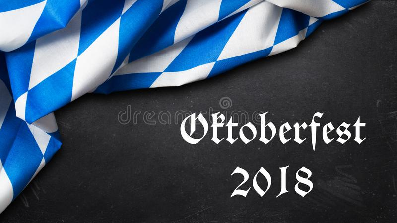 Den bayerska bordduken kritiserar på bakgrund med den slogan`-Oktoberfest 2018 `en, royaltyfri foto