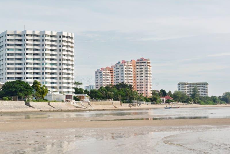 Den beachfront byggnaden med himlen är bakgrunden royaltyfri bild