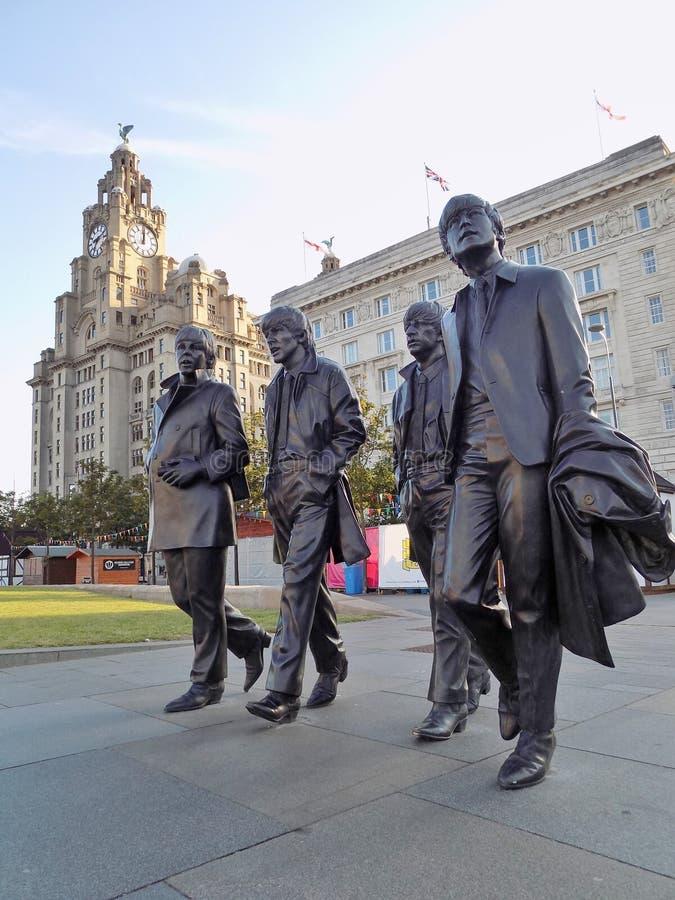 Den Beatles statyn på Pier Head Liverpool royaltyfri fotografi