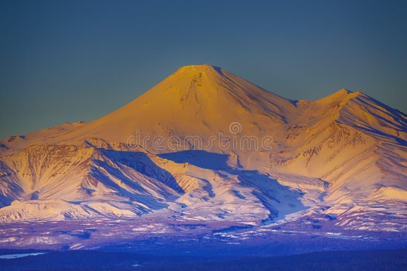 Den Beautefull sikten på den Avachinsky vulkan i den Kamchatka halvön på solnedgången arkivfoto