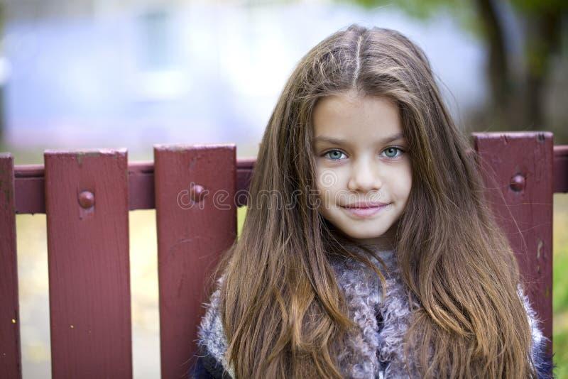 Den Beautifal lilla flickan i hösten parkerar arkivbilder