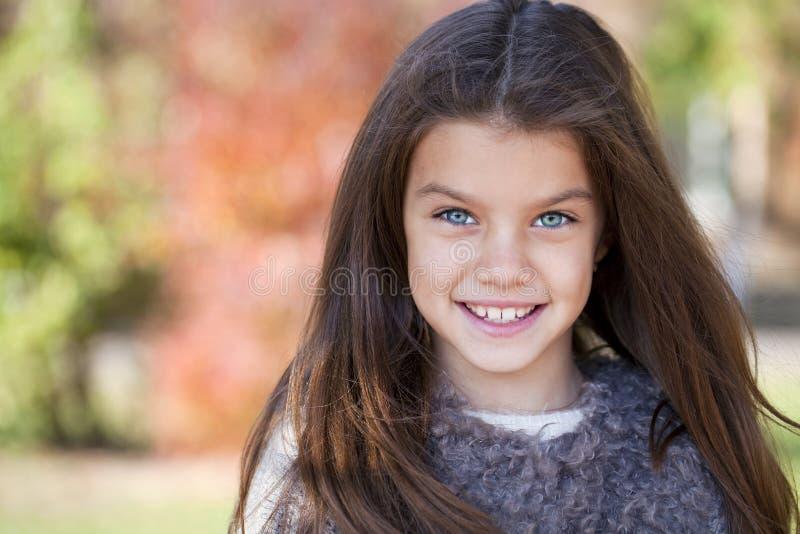 Den Beautifal lilla flickan i hösten parkerar royaltyfria foton