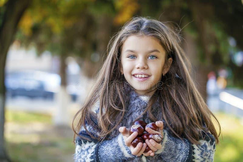 Den Beautifal lilla flickan i hösten parkerar arkivbild