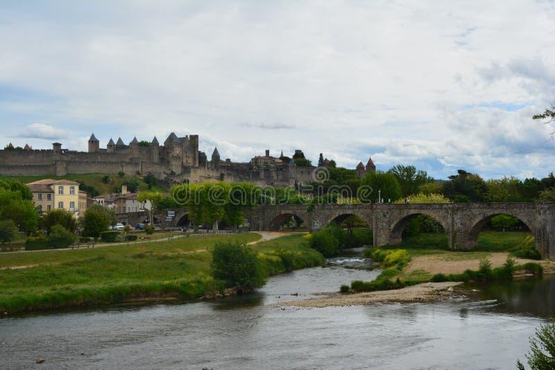Den bedöva slotten av Carcassonne och den gamla bron som omges av den härliga naturen france royaltyfria foton