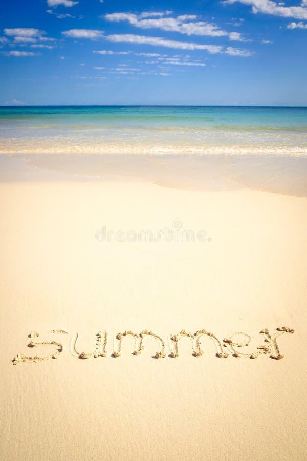 Den begreppsmässiga bilden med sommar undertecknar in en strandsand arkivfoto