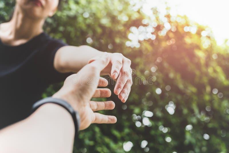 Den begreppsmässiga handen når ut för hjälp med ljus biljettpris royaltyfria bilder