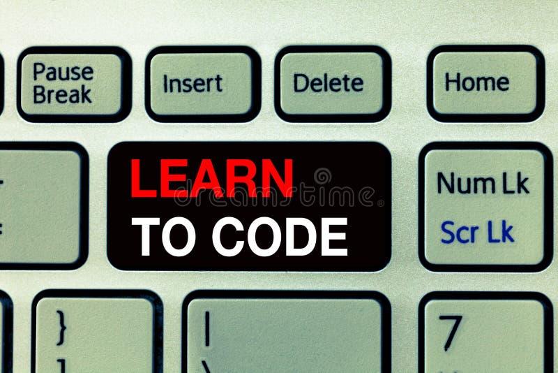 Den begreppsmässiga handhandstilvisningen lär att kodifiera Affärsfototext lär att skriva programvara är en programmerare Coder royaltyfri fotografi