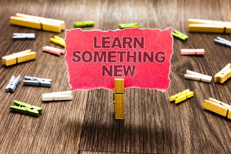Den begreppsmässiga handhandstilvisningen lär något som är ny Affärsfototext som undervisas det nya gemet för för ämnesaktivitets royaltyfri bild