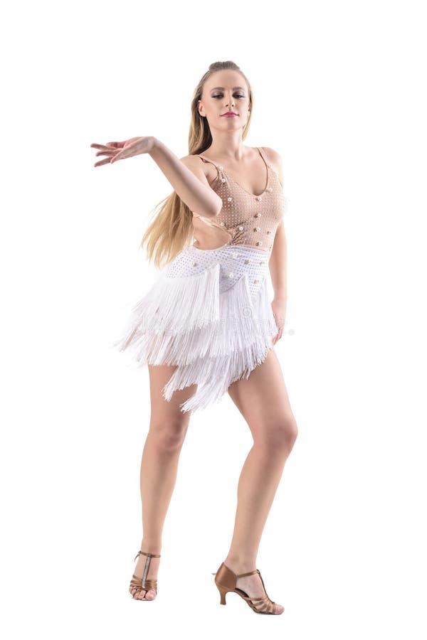 Den behagfulla kvinnadansen med flödande hår för flyttningen och klä upp sig, medan se ner royaltyfri bild