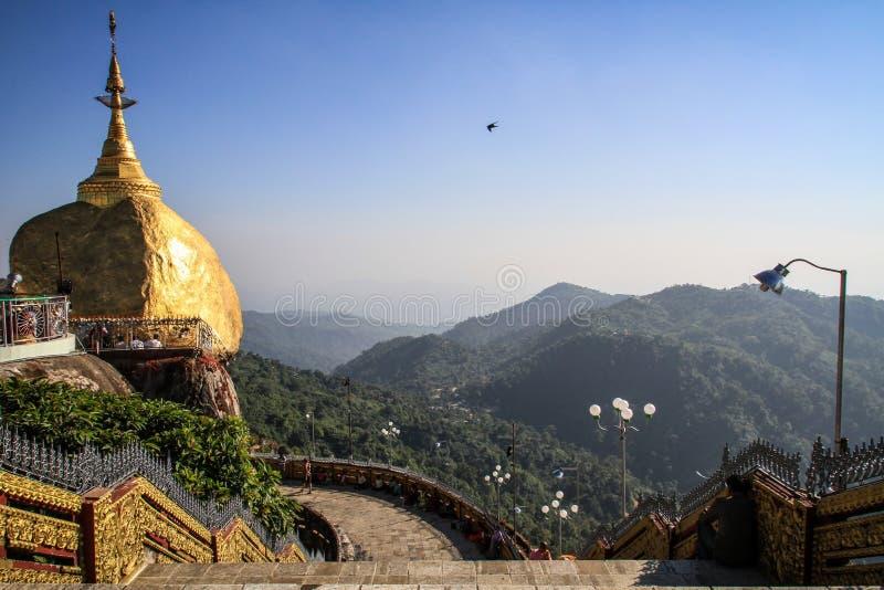 Den bekanta Kyaiktiyo pagoden också, som guld-, vaggar under middagvärmen, det måndag tillståndet, Myanmar royaltyfria bilder