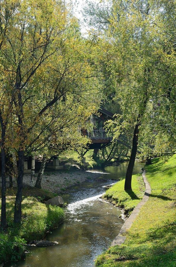 Den Belokurikha floden som flödar till och med dennamn semesterorten i Altaien royaltyfri foto