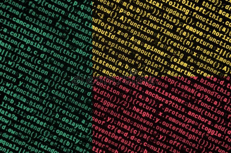 Den Benin flaggan visas på skärmen med programkoden Begreppet av modern teknologi- och platsutveckling arkivbilder