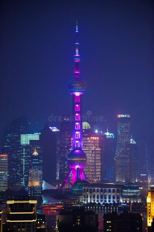 Den berömda österlänningpärlaradion och TV står högt i Shanghai på natten arkivbilder