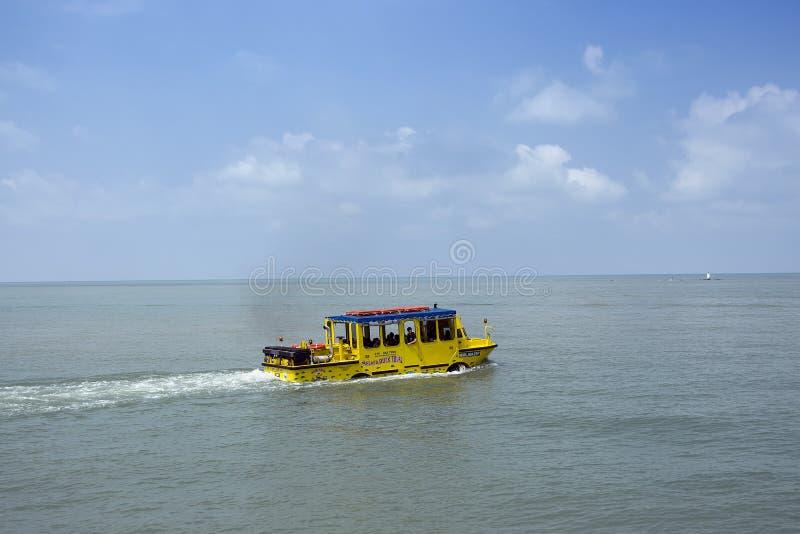 Den berömda anden turnerar dragningen med ett amfibiskt medel som kan fungera både som en buss och som ett fartyg fotografering för bildbyråer