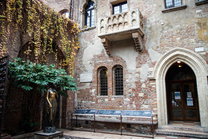 Den berömda balkongen av Juliet Capulet Home i Verona, Veneto, Italien royaltyfria bilder