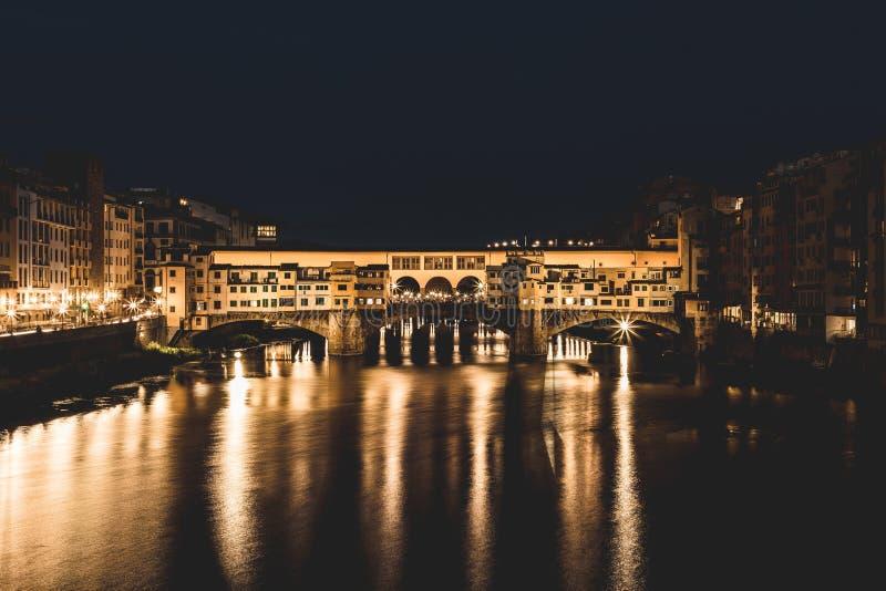 Den berömda bron Ponte Vecchio på natten i Florence, Tuscany, Italien royaltyfria bilder