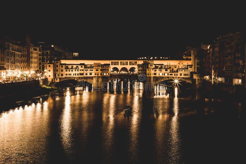 Den berömda bron Ponte Vecchio på natten i Florence, Tuscany, Italien arkivbilder