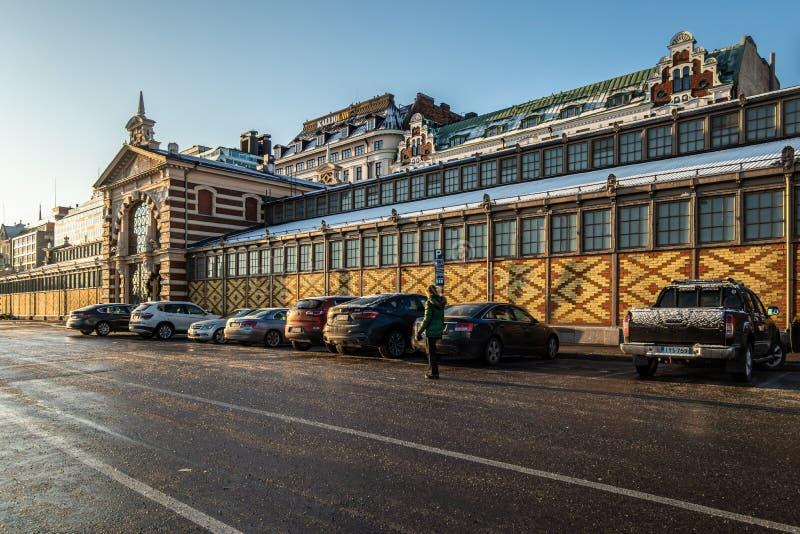 Den berömda byggnaden med gamla tegelstenar och bilar royaltyfri fotografi
