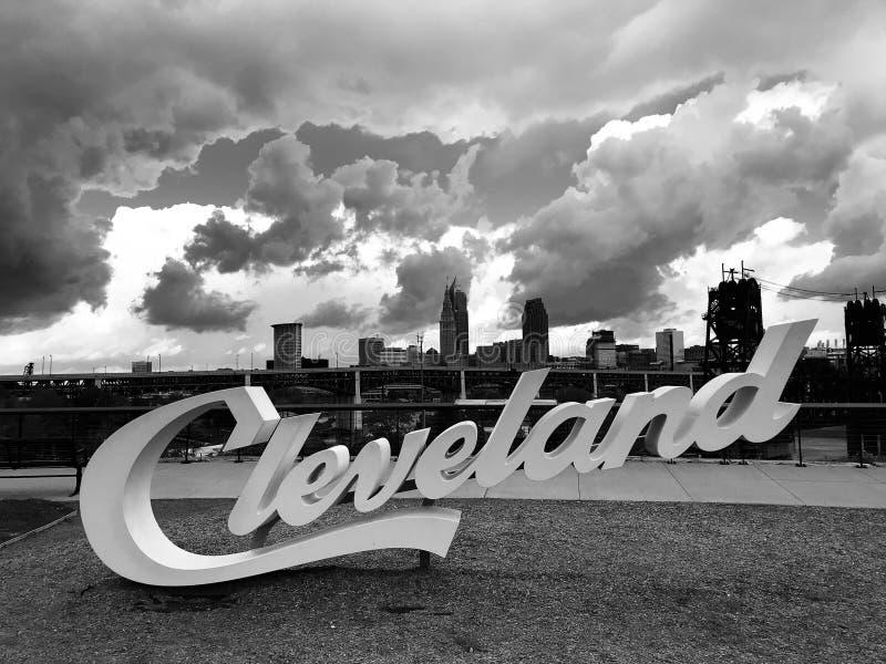 Den berömda CLEVELANDEN undertecknar över lägenheterna som ser på horisonten - CLEVELAND - OHIO - USA royaltyfri bild