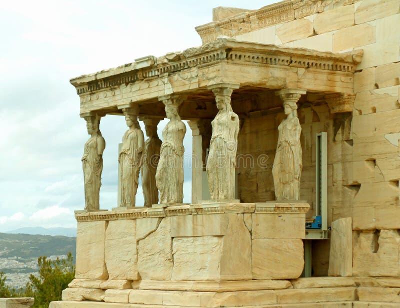 Den berömda karyatidfarstubron av den Erechtheum gammalgrekiskatemplet på akropolen av Aten, Grekland royaltyfri foto