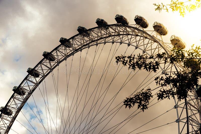 Den berömda London Eye på solnedgången - London, UK arkivbild