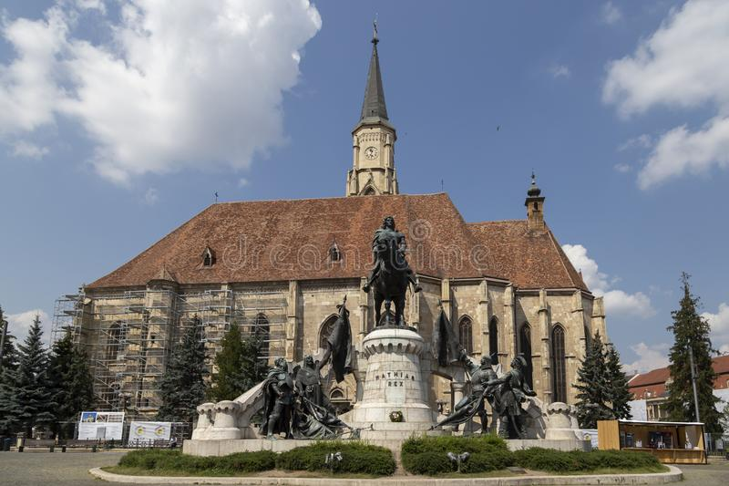 Den berömda Mathias Rex statyn och den St Michael `en s kyrktar på Augusti 21, 2018 i Cluj-Napoca arkivfoto