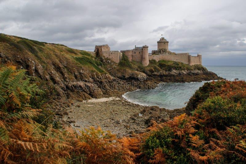 Den berömda medeltida stenslotten - fästninglaLatte i nedgången under en storm på det keltiska havet i Normandie arkivbilder