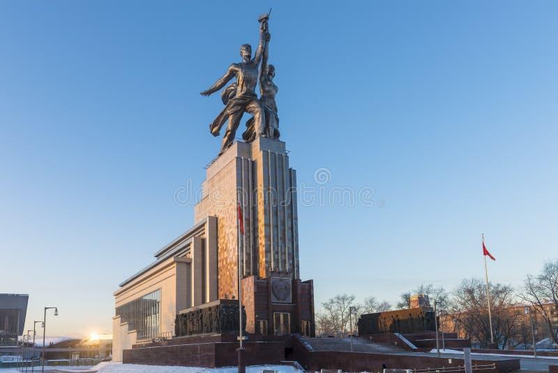 Den berömda monumentet i Moskva på utställningmitten (VDNcH) i morgonsolen royaltyfri fotografi