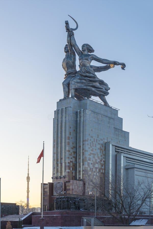 Den berömda monumentet i Moskva på utställningmitten (VDNcH) i morgonsolen fotografering för bildbyråer