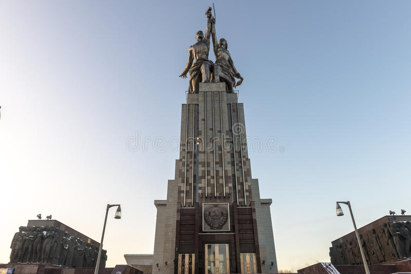 Den berömda monumentet i Moskva på utställningmitten (VDNcH) i morgonsolen royaltyfri foto