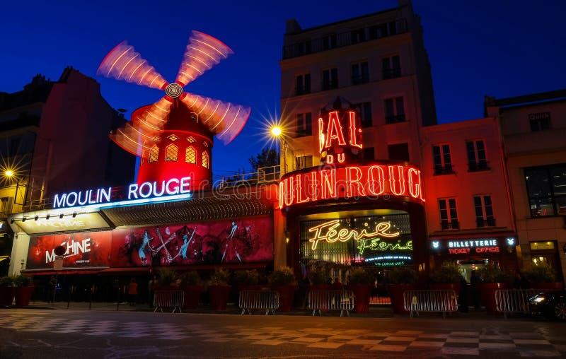 Den berömda Moulin för kabaret rougen på natten, Montmartre område, Paris, Frankrike fotografering för bildbyråer