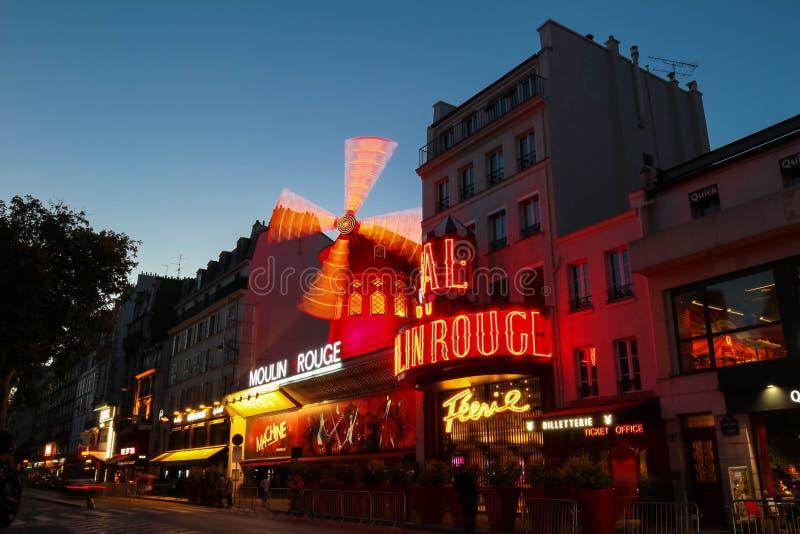 Den berömda Moulin för kabaret rougen på natten, Montmartre område, Paris, Frankrike arkivfoton
