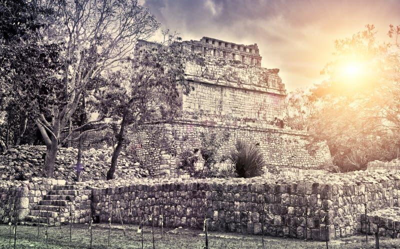 Den berömda pyramiden fördärvar på den arkeologiska platsen Kabah för Maya av Chichen Itza i Yucatan, Mexico, royaltyfri bild