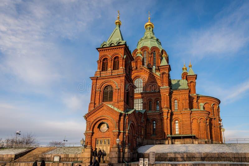 Den berömda röda ortodoxa katedralen i Uspenski med personer i förgrunden i Helsingfors Finland royaltyfri fotografi