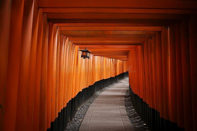 Den berömda röda porten av Japan, Torii av den Fushimi Inari Taisha relikskrin Kyoto royaltyfria foton