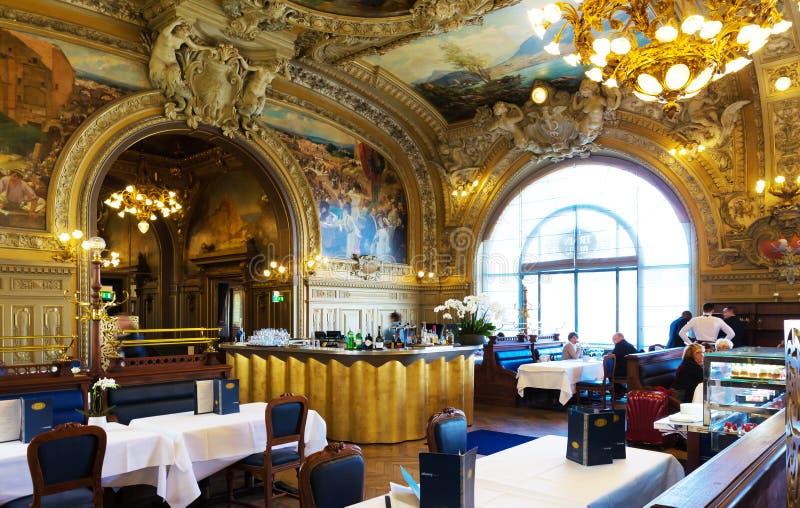 Den berömda restaurangen Le Utbildning Bleu på Gare de Lyon i Paris fotografering för bildbyråer